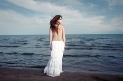 Senhora e oceano imagens de stock