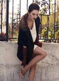 A senhora elegante bonita nas lãs reveste e as luvas de couro Fotografia de Stock Royalty Free