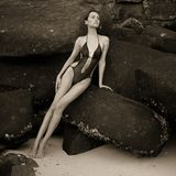 Senhora elegante bonita no pedregulho enorme foto de stock