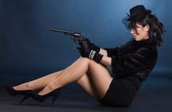 Senhora elegante com uma pistola imagens de stock