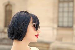 Senhora elegante da menina com fundo urbano exterior da arquitetura do penteado do prumo Levantamento elegante do modelo da mulhe fotografia de stock