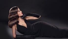 Senhora elegante no vestido 'sexy' longo com encontro ondulado retro do penteado Imagens de Stock Royalty Free