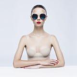 Senhora elegante nos óculos de sol Imagem de Stock Royalty Free
