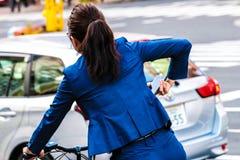 Senhora em uma bicicleta em Jap?o imagens de stock royalty free