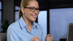 Senhora entusiasmado do negócio que mostra sim o e-mail da leitura do gesto no portátil, sucesso filme