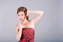 Senhora ereta no grânulos vermelhos Fotos de Stock
