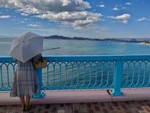 Senhora extravagante japonesa On a ponte imagem de stock royalty free