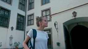 Senhora fêmea Watches do turista no pátio no castelo em República Checa video estoque