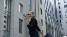 Senhora feliz do negócio que dança alegremente após ter lido o email sobre a promoção, trabalho vídeos de arquivo