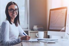 Senhora feliz Using Computer do negócio no escritório imagem de stock