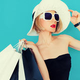 Senhora glamoroso do verão da compra no fundo azul fotografia de stock