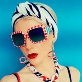 Senhora glamoroso do verão Férias, mar, estilo marinho fotos de stock royalty free
