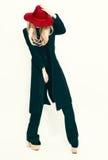 Senhora glamoroso no revestimento preto clássico e no chapéu vermelho Vintag da forma Fotos de Stock