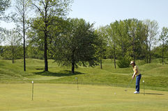 Senhora Golfe Prática Verde Fotografia de Stock Royalty Free