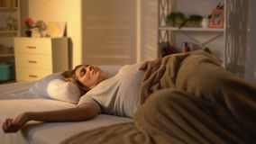 Senhora grávida que dorme na cama que afaga a barriga, sesta do dia, exaustão da maternidade vídeos de arquivo