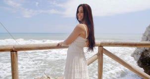 Senhora Holding em trilhos da praia com cabelo fundido ar video estoque