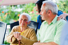 Senhora idosa amável com visitantes Fotografia de Stock