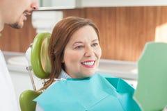 A senhora idosa bonito está visitando o doutor dental foto de stock royalty free