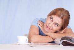Senhora idosa com compartimento imagem de stock royalty free