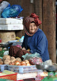 Senhora idosa de Ásia do mercado do alimento Imagens de Stock