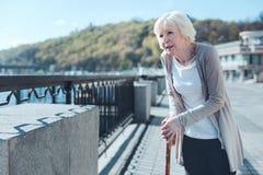 Senhora idosa doente que promenading ao longo do riverwalk foto de stock royalty free