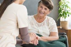 Senhora idosa e enfermeira de sorriso fotografia de stock royalty free