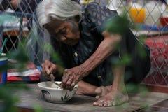Senhora idosa e seu almoço Fotografia de Stock