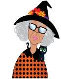 Senhora idosa engraçada Dressed acima para Dia das Bruxas Fotos de Stock