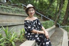 Senhora idosa At The Garden Foto de Stock