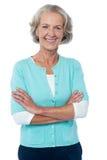 Senhora idosa no vestuário desportivo que levanta seguramente Imagens de Stock Royalty Free