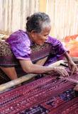 Senhora idosa que acena o lenço tradicional em Moni Indonesia Fotografia de Stock Royalty Free