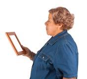 Senhora idosa que grita olhando um quadro vazio da foto Imagem de Stock Royalty Free