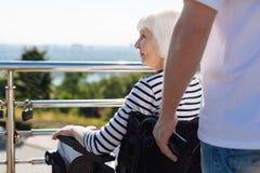 Senhora idosa sonhadora que olha algo Foto de Stock