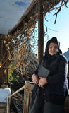 Senhora idosa triste que guarda uma Bíblia em seu patamar Imagem de Stock Royalty Free