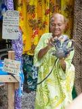 Senhora indígena sênior que prende um caranguejo de coco imagens de stock