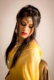 Senhora indiana em principal amarelo e em ombros do sari fotos de stock