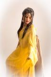Senhora indiana no sari amarelo fotografia de stock royalty free