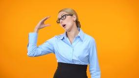 Senhora irritada do negócio que mostra o sinal do bla-bla à mão, irritando colegas de escritório filme
