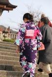 Senhora japonesa no quimono na maneira ao templo de Kiyomizu-dera foto de stock royalty free