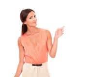 Senhora latin bonita com dedos que gesticula o tiro Foto de Stock