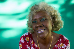 Senhora latino-americano Laughing da mulher idosa engraçada real do retrato dos povos Imagens de Stock Royalty Free