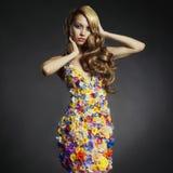 Senhora lindo no vestido das flores Fotografia de Stock