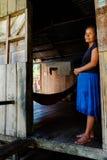 Senhora local do membro do tribo do ticuna que espera fora de sua casa fotos de stock