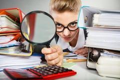 Senhora louca do escritório na mesa Foto de Stock