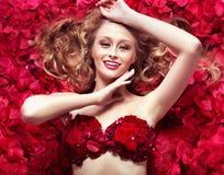 Senhora loura bonita que toma o banho cor-de-rosa Fotos de Stock Royalty Free