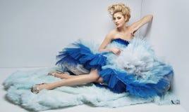 Senhora loura delicada com penteado clássico fotografia de stock royalty free