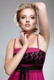 Senhora loura nova da beleza no vestido cor-de-rosa fotografia de stock royalty free