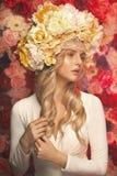 Senhora loura que veste a grinalda colorida Imagens de Stock Royalty Free