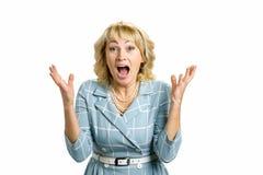 Senhora madura entusiasmado, fundo branco imagens de stock