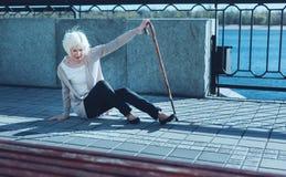 Senhora mais idosa insolúvel que sofre da vertigem fotografia de stock royalty free